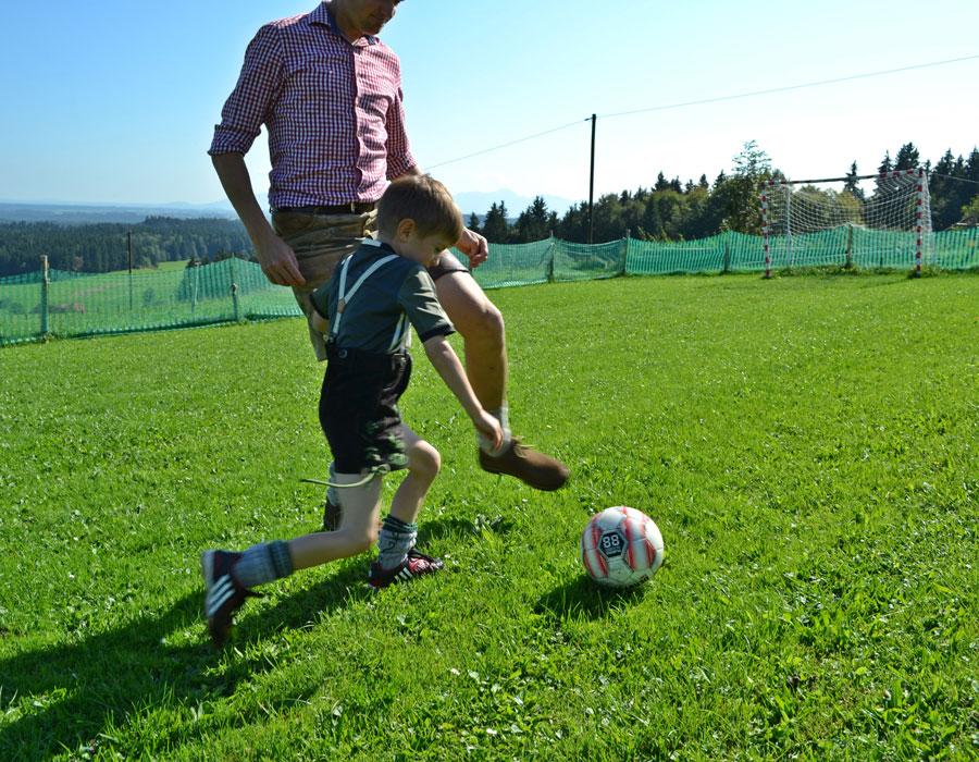 Fußballspiel, Kind und Papa